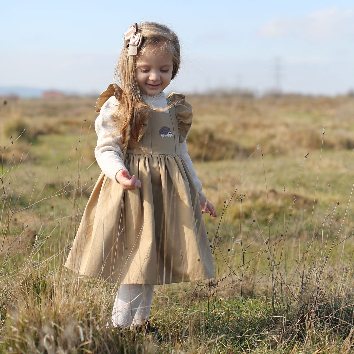 kirpi nakışlı bej çocuk elbisesi