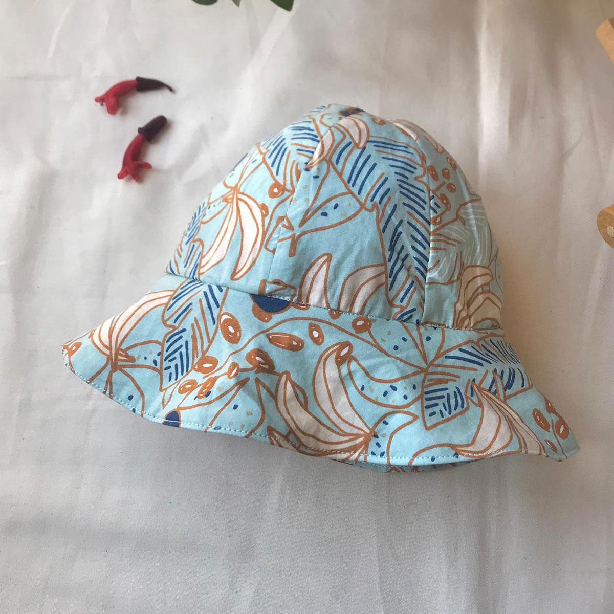 yaprak desenli mavi bebek şapkası